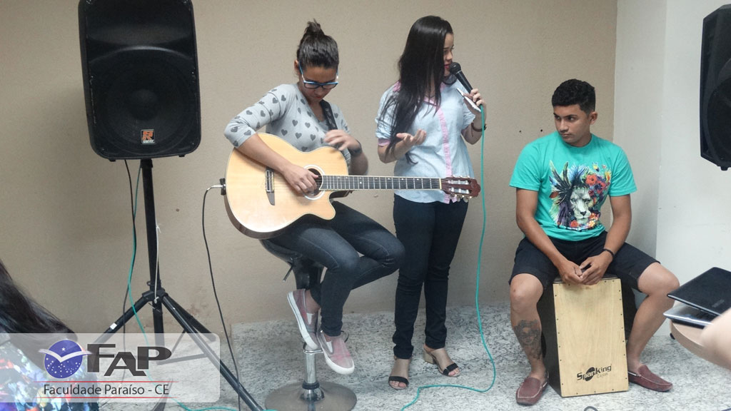 A cantora e aluna de Marketing, Karynna Ferreira, canta no FAPPY HOUR